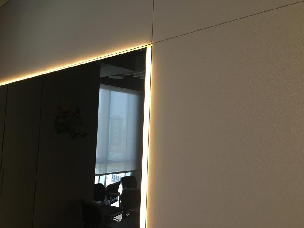 לוח זכוכית מחיק מגנטי שחור של מגנטיק וול עם אפקט תאורה וחיפוי אקוסטי