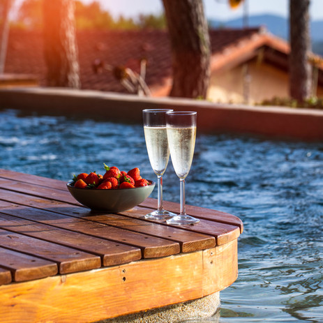 Summer vacations concept image. two glas