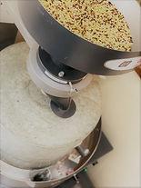 石臼と蕎麦の実.jpg