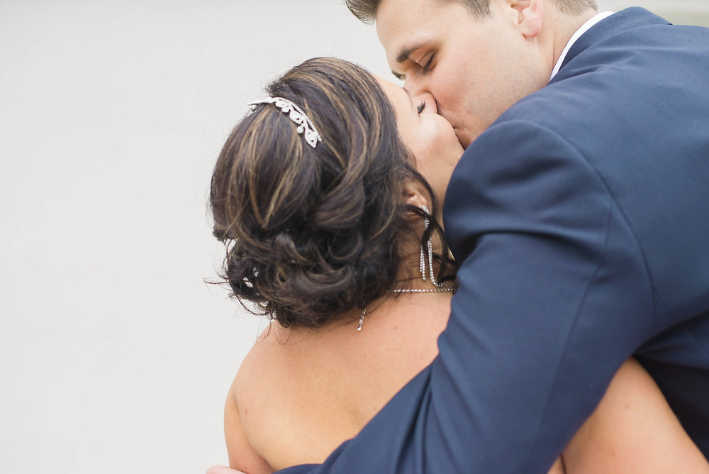 kissing wedding picture