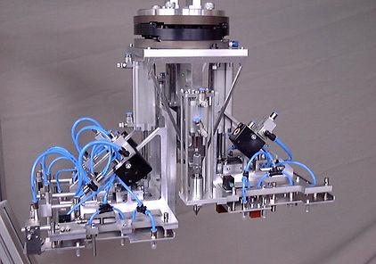 Robotergreifer als Leichtbau zum Einlegen komplexer Baugruppen in Spritzgusswerkzeuge. D&T Engineering GmbH