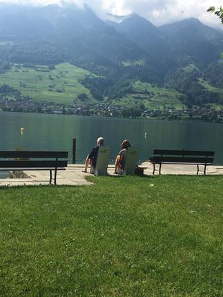 Inge und Frank auf Brunostuhl.jpg