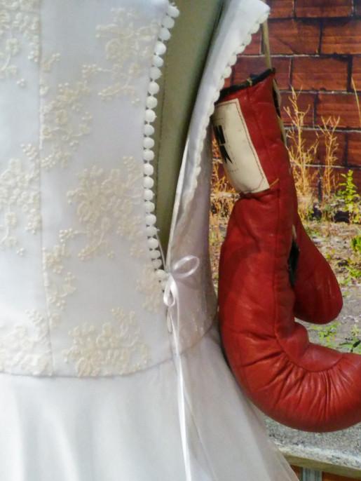 Stand du Salon du Mariage 2018. Robe de mariée princesse dans décor industriel
