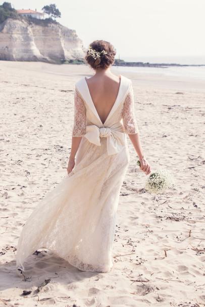 Le pied dans le sable. Robe de mariée en dentelle