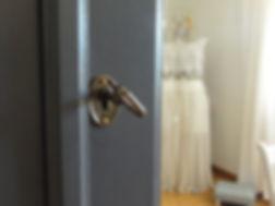 Zoom sur l'entrée de serrure de l'armoire Envole et reflet d'une robe de mariée dans son miroire