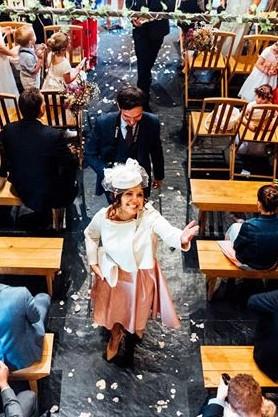 La maman de la mariée radiseuse dans sa tenue sur mesure Atelier C'prime
