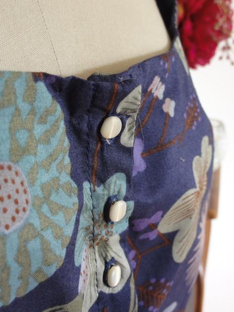 zoom sur les boutons en nacre de la petite robe retro version longue.