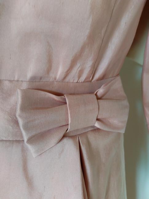Zoom sur le détail de la ceinture: joli noeud plat