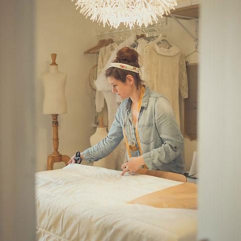 Vanessa Gastou - Créatrice française à l'oeuvre dans son atelier. Atelier C'Prime