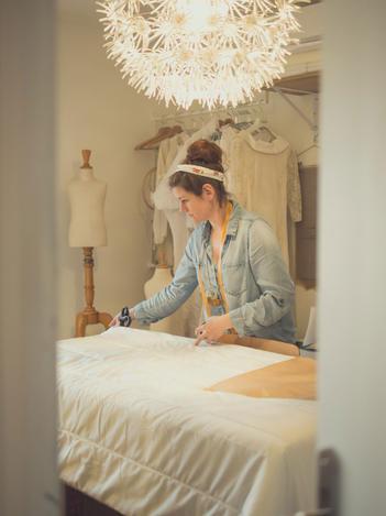 Vanessa travaillant dans son atelier.