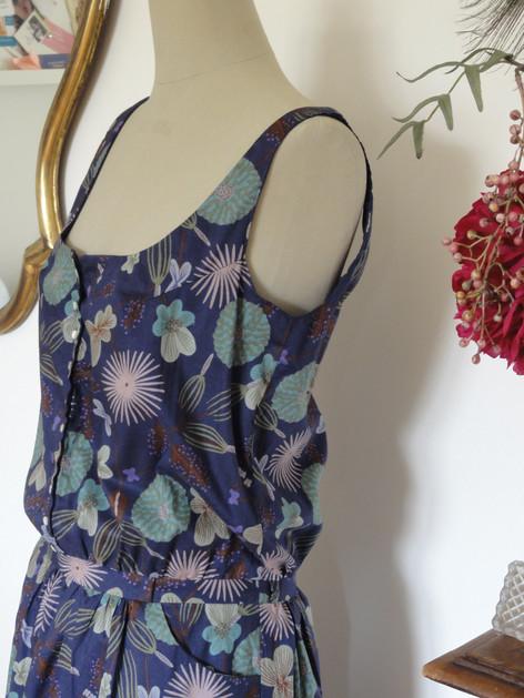 La petite robe retro prend des airs année 20' avec ce voile de coton au large motif floraux. Une version plus chic réalisée sur mesure pour un évènement.