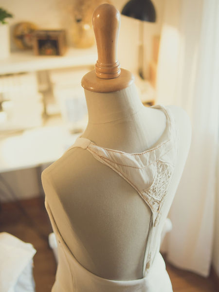 Robe de mariée d'hiver en crepe de laine Bio, style art déco, dos nu en soie brodée à la main.