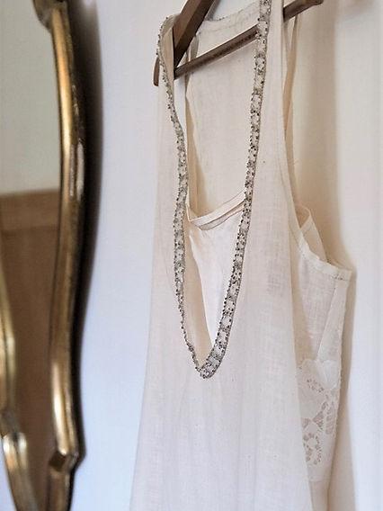 Grso plan sur le décollté d'une robe année 20 en lin et soie, créée par la styliste de l'Atelier C'prime