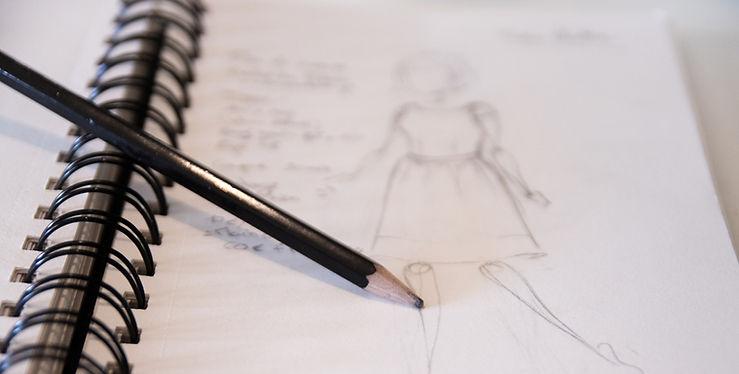 Zoom sur le crayon et le carnet de croquis ouvert de Vanessa Gastou