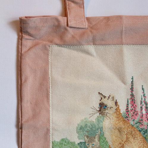 Tas van ribfluweel met kattenborduurwerk