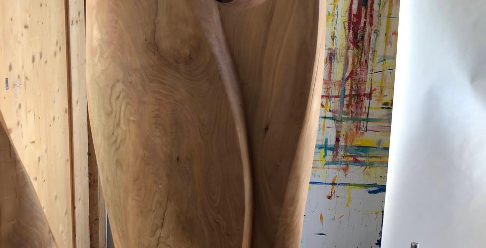 Two Together, Kirschenholz poliert auf laufener Kalksteinsockel, H: 183cm, 67x23cm, 2020