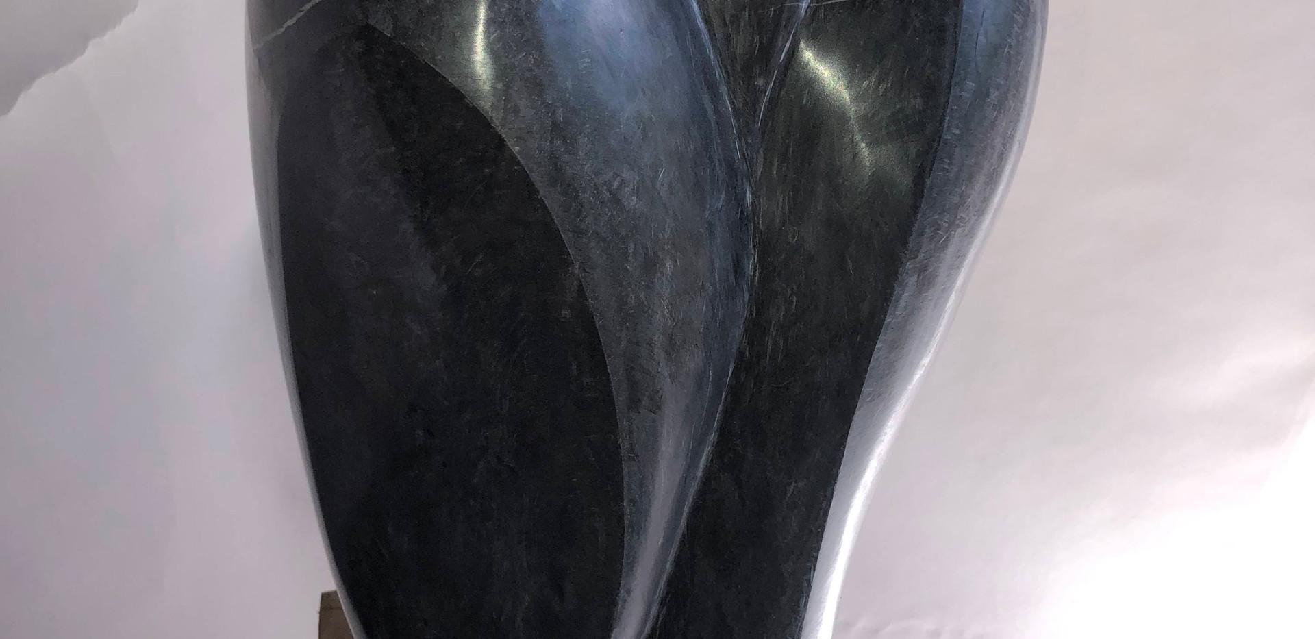 IMG_0028.jpgMondnachtgesicht, Kalkstein Ringgenberg, BE auf Eichensockel. H 127 cm, 22x30cm, 2020
