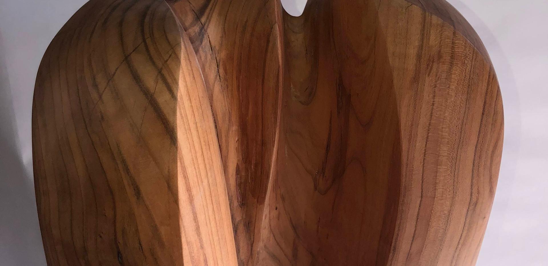 Zugeneigte Ofenheit, Kirschenholz auf Kalksteinsockel, H: 175cm, 35x31cm, 2020, Ausschnitt