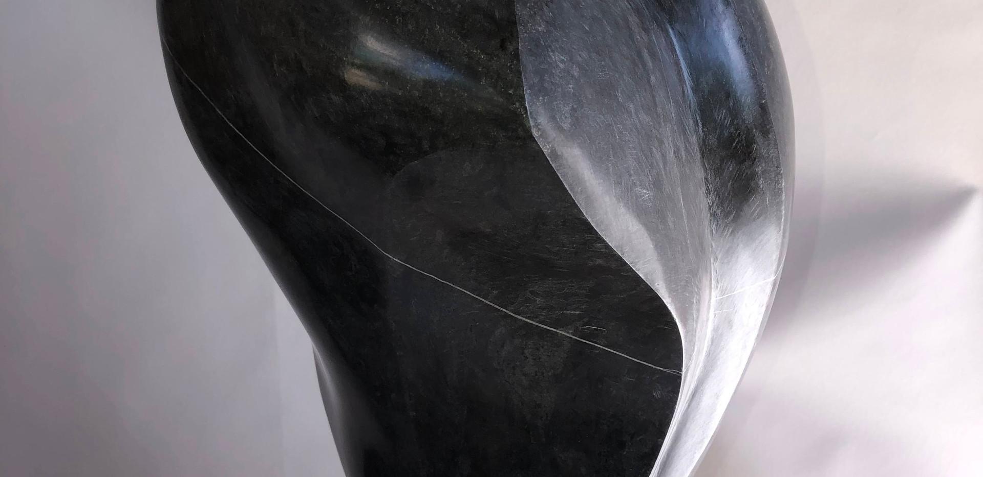 Mondnachtgesicht, Kalkstein Ringgenberg, BE auf Eichensockel. H 127 cm, 22x30cm, 2020