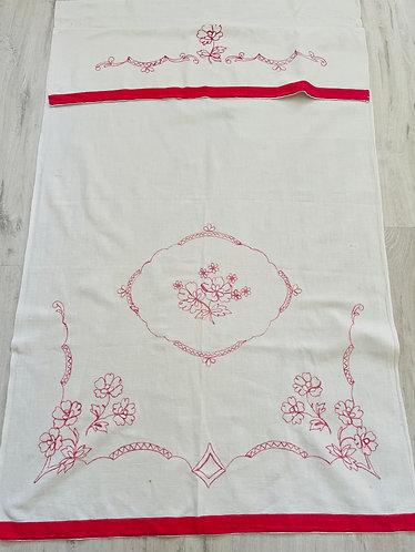 Altes besticktes Überhandtuch mit roten Ornamenten und Blumen