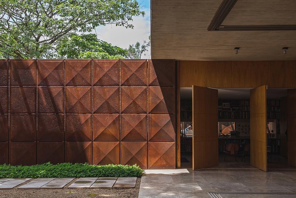 Casa BLM. Projeto desenvolvido por Atria Arquitetos utilizando aço corten. Foto: Haruo Mikami.