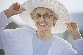 Oma met een zonnehoed