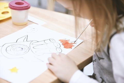 Fille peignant dans la classe d'art