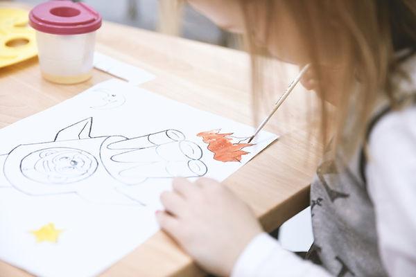 Ragazza che dipinge in Art Class