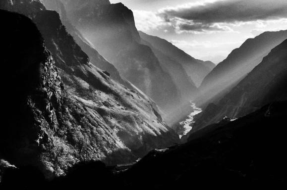 Gorges-du-Tigre-Chine-B&W.jpg