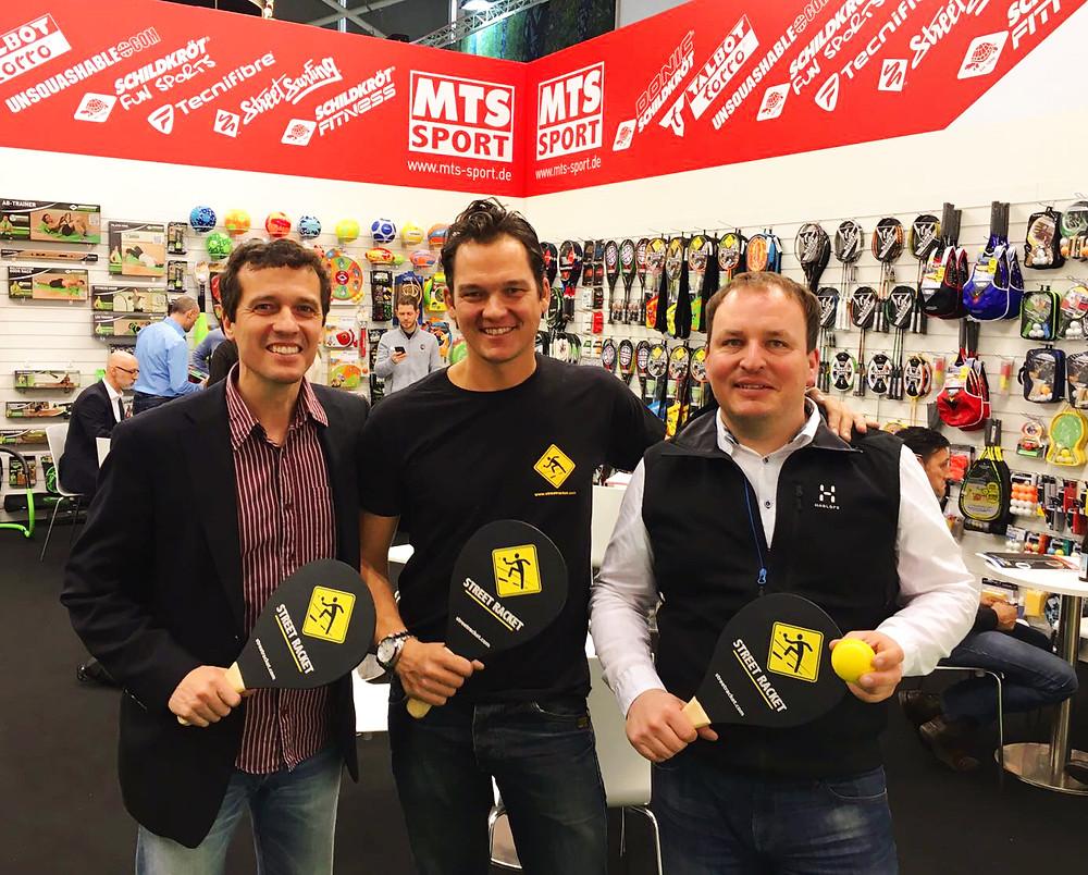 Street Racket Gründer Marcel Straub mit der Geschäftsführung von MTS Sport. Gemeinsam für mehr Bewegung, Gesundheit und Racketsport!