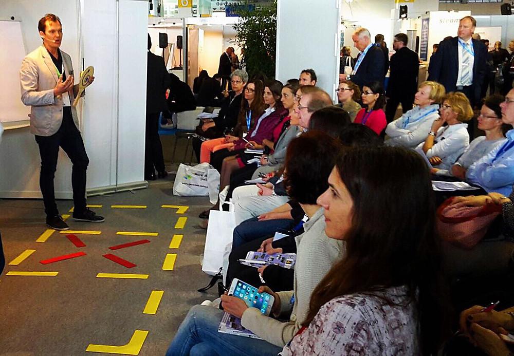 Präsentation Street Racket auf der Aktionsfläche mit grossem Zuschauerinteresse