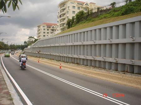 Estacas pranchas usadas para alargamento de estradas