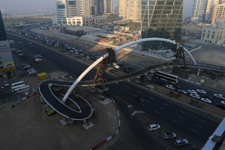 ESC Steel Structures foi contratado pela Waagner Biro Gulf Middle East Bridge Division para a fabricação de aço pesado especial do arco de duto pesado para uma nova ponte pedonal sobre a Al Ittihad Road, uma das estradas mais movimentadas de Dubai.
