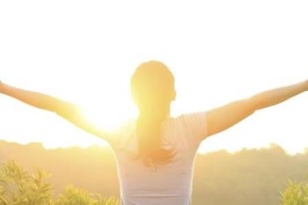 ¿Cuáles son los beneficios de tener una actitud positiva?