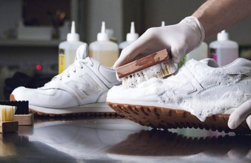 Як відчистити білу підошву кросівок?