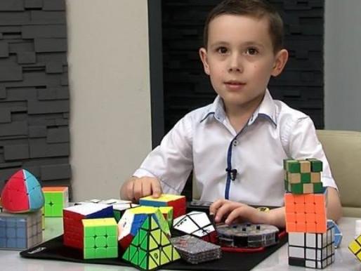 Юний рекордсмен з України збирає кубик Рубик за 12 секунд