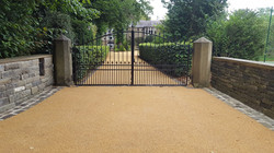 B11 - Resin Bonded Driveway Surfacing at Walton in Chesterfield with Stone Cobble Border