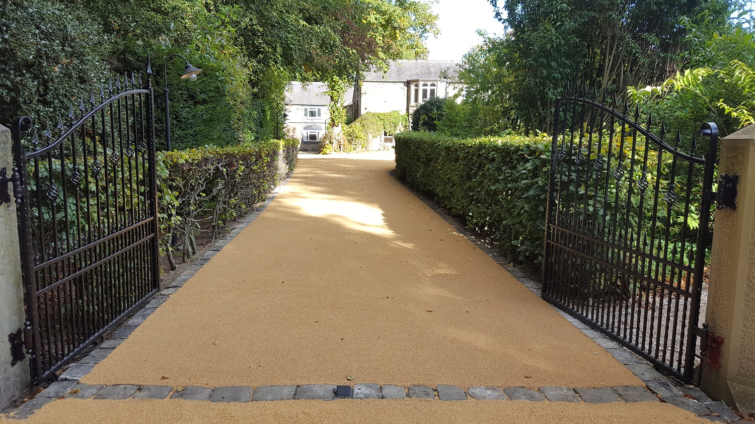 B12 - Resin Bonded Driveway Surfacing at Walton in Chesterfield with Stone Cobble Border