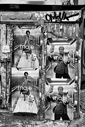 sur une affiche publicitaire sur un mur, une fille fait un autoportrait avec son téléphone samsung dans un ascenseur