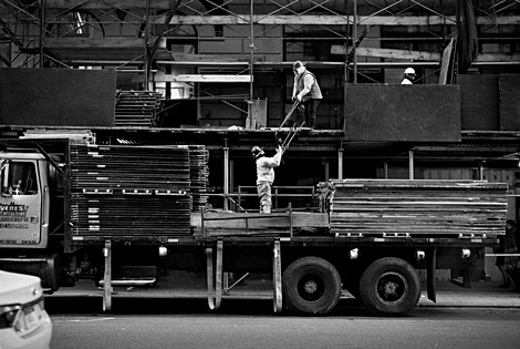 Avenue de New york en travaux, des hommes déchargent un camion, photo noir et blanc, streetstorytelling