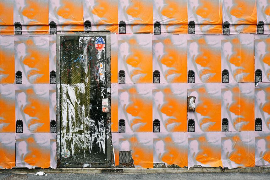 Laurent Delhourme - photographe auteur - dans une rue de paris un mur recouvert de papier orange