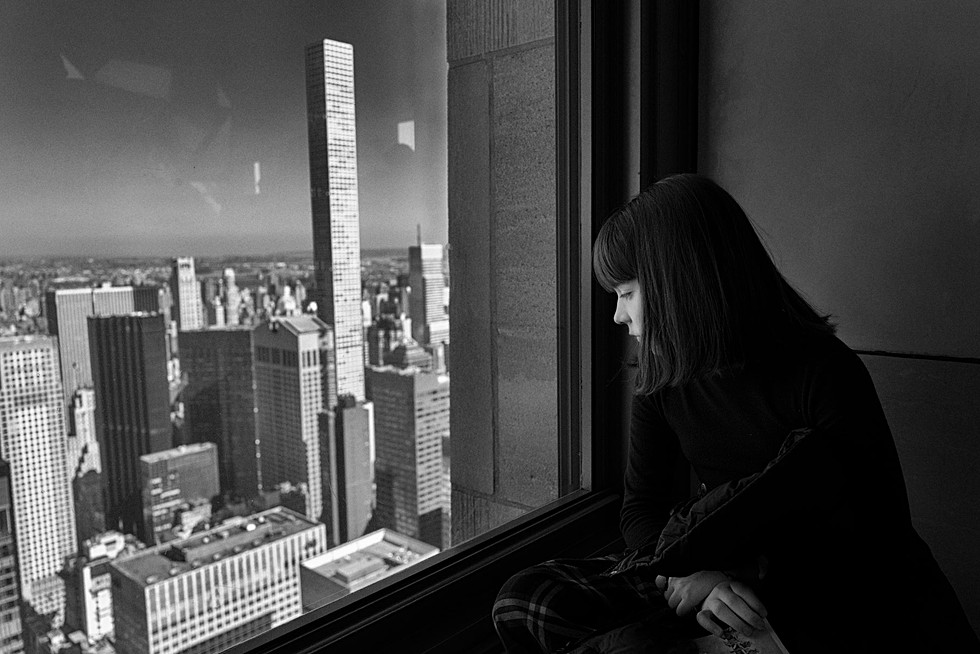 Jeune fille regarde new york depuis le rockefeller, top of the rock, photo d'art noir et blanc, auteur laurent delhourme