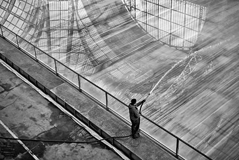 au grand palais à paris un homme arrose la patinoire sous la nef qui se reflette dans la glace, auteur laurent delhourme photographe