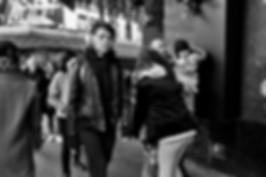 Rue de Paris, jeune femme écoute de la musique, street photography noir et blanc