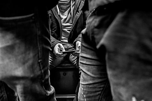 dans le métro un homme assis joue sur son téléphone samsung, nomophobe, auteur laurent delhourme