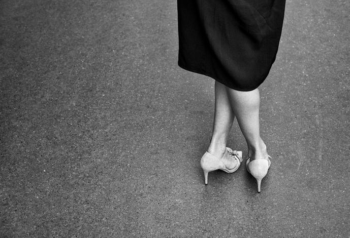 Laurent Delhourme - photographe - gros plan sur les jambes croisées d'une jeune femme dans
