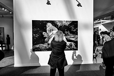 au grand palais de paris un homme fait des photos avec son téléphone portable d'une oeuvre de koons, par laurent delhourme