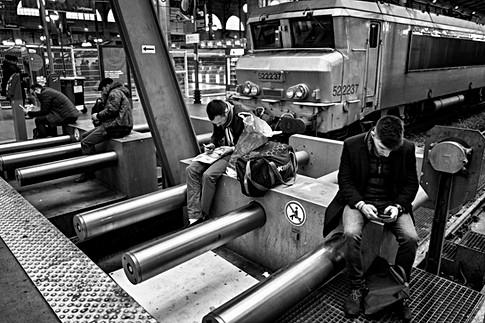 sur le quai de la gare du nord à paris des personnes attendent leurs trains pendant se temps ils sont avec leurs smartphone samsung