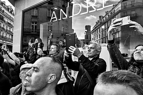dans paris devant un magasin des gens prennent des photos avec leurs smartphones, funérailles jacques chirac, nomophobes