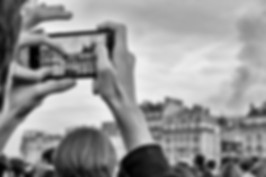 Paris, incendi notre dame, gros plan sur un téléphone portable, photo de rue en noir et blanc, auteur laurent delhourme